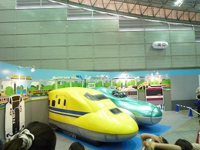 E5系新幹線「はやぶさ」と923形ドクターイエローの展示