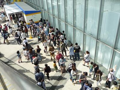 プラレール博2012チケット買いに並ぶ列